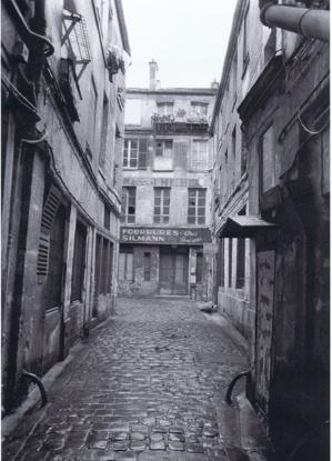 La rue Brantôme en 1974 avant la démolition de l'îlot insalubre et la construction du Quartier de l'Horloge. Photo Marc Petitjean