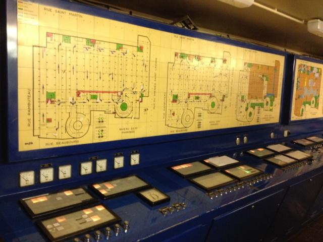Pupitre du synoptique des alarmes de fonctionnement. La conduite, la surveillance et la maintenance de cet équipement est assurée par la société DALKIA.