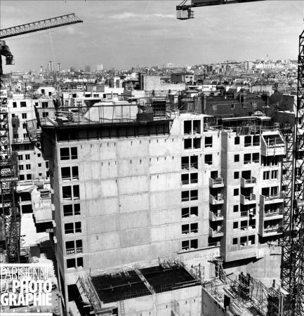 Les HLM du Quartier de l'Horloge en construction, pris du Centre Georges-Pompidou, 1978. © Roger-Viollet