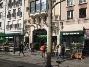 Les commerces en pied d'immeubles et les appartements d'habitations au-dessus n'appartiennent pas aux mêmes copropriétés. Une des particularités de la conception du Quartier de l'Horloge.