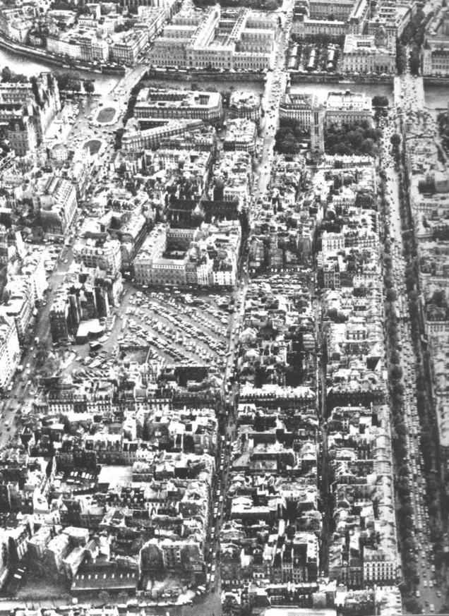 1969. Vue aérienne du coeur de Paris, le plateau Beaubourg et l'îlot St-Martin entre le quartier médiéval du Marais à l'est et le quartier commercial des Halles à l'ouest. Au sud la Seine. Le Quartier de l'Horloge prendra place dans l'îlot en bas à gauche de l'image. Source: Centre Georges Pompidou