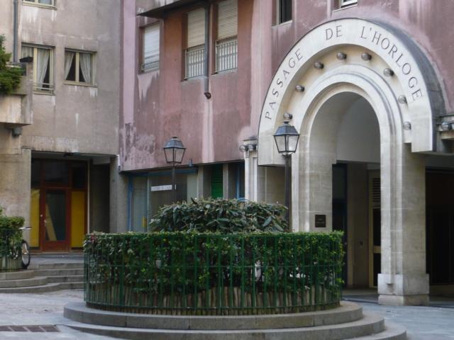 L'entrée de l'ancien Passage de l'Horloge au 3, 5 rue Bernard de Clairvaux avec les enduits de couleurs d'origine