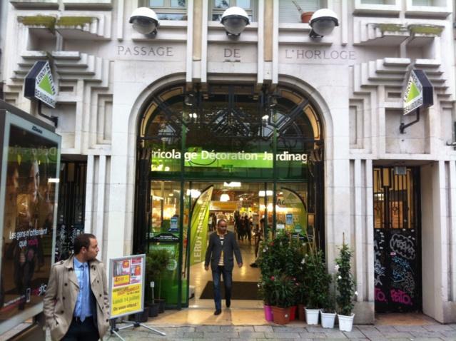 La porte  du Passage de l'Horloge sert aujourd'hui d'entrée au magasin de bricolage Leroy Merlin.