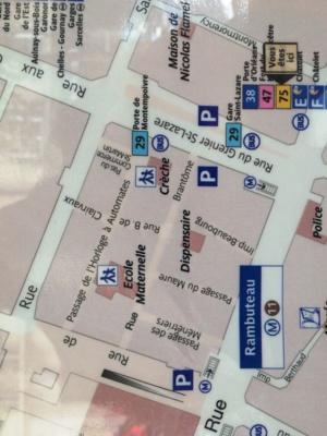 Le plan des transports parisiens montre les trois établissements publics insérés au milieu des immeubles du Quartier de l'Horloge.
