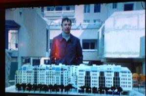 """L'architecte devant la maquette installée dans le chantier. Extrait de """"Metro Rambuteau"""" de  Marc Petitjean, film de 1980"""