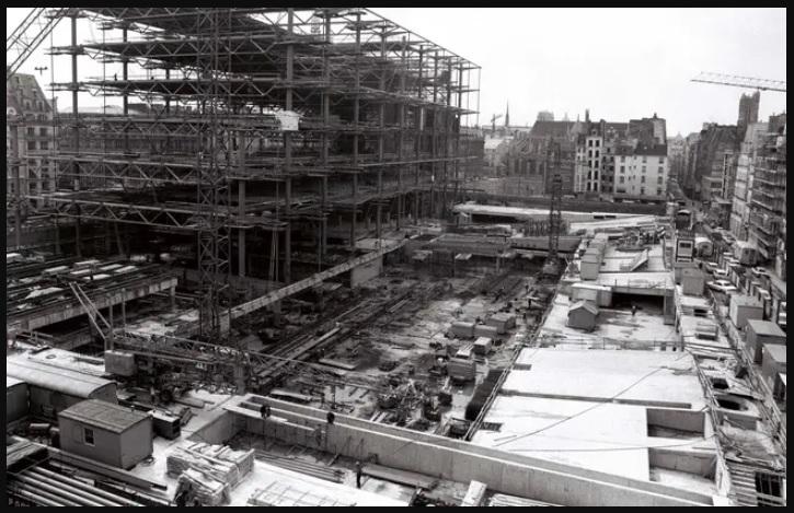 Construction du Centre Beaubourg futur Centre Pompidou.