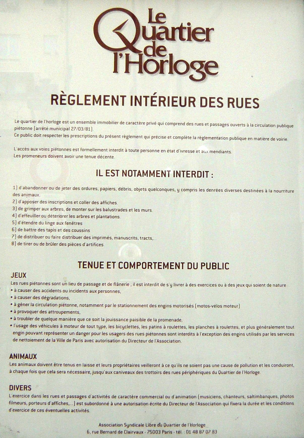 Règlement intérieur des rues du Quartier de l'Horloge : bicyclettes, planches à roulettes et patins à roulettes interdits.