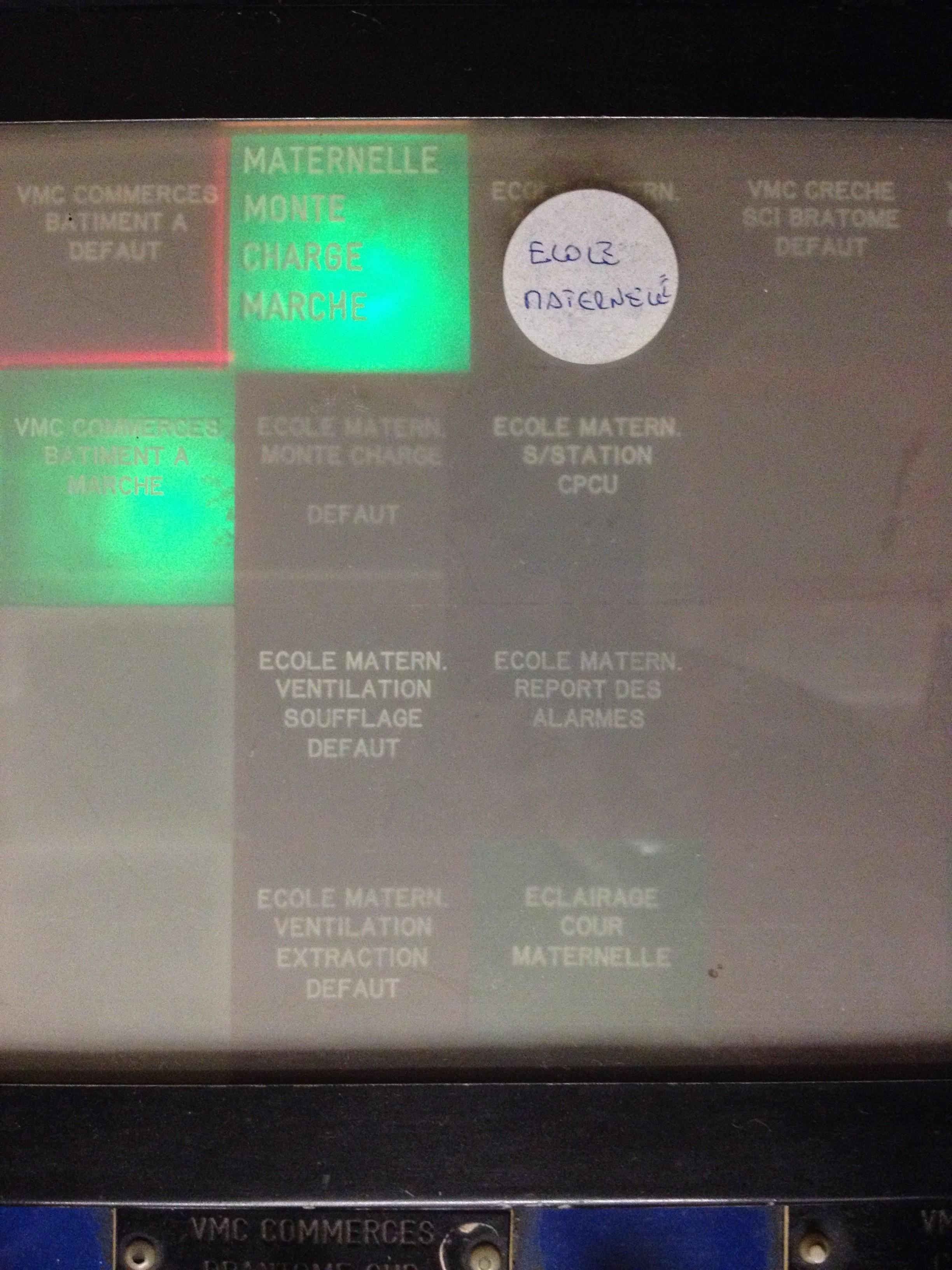 Voyants lumineux de surveillance des équipements privés de la Ville de Paris situés dans les locaux de l'ASL. Les alarmes en défaut s'allument en rouge afin de signaler un dysfonctionnement d'un appareil (monte-charge, ventilation, etc.)