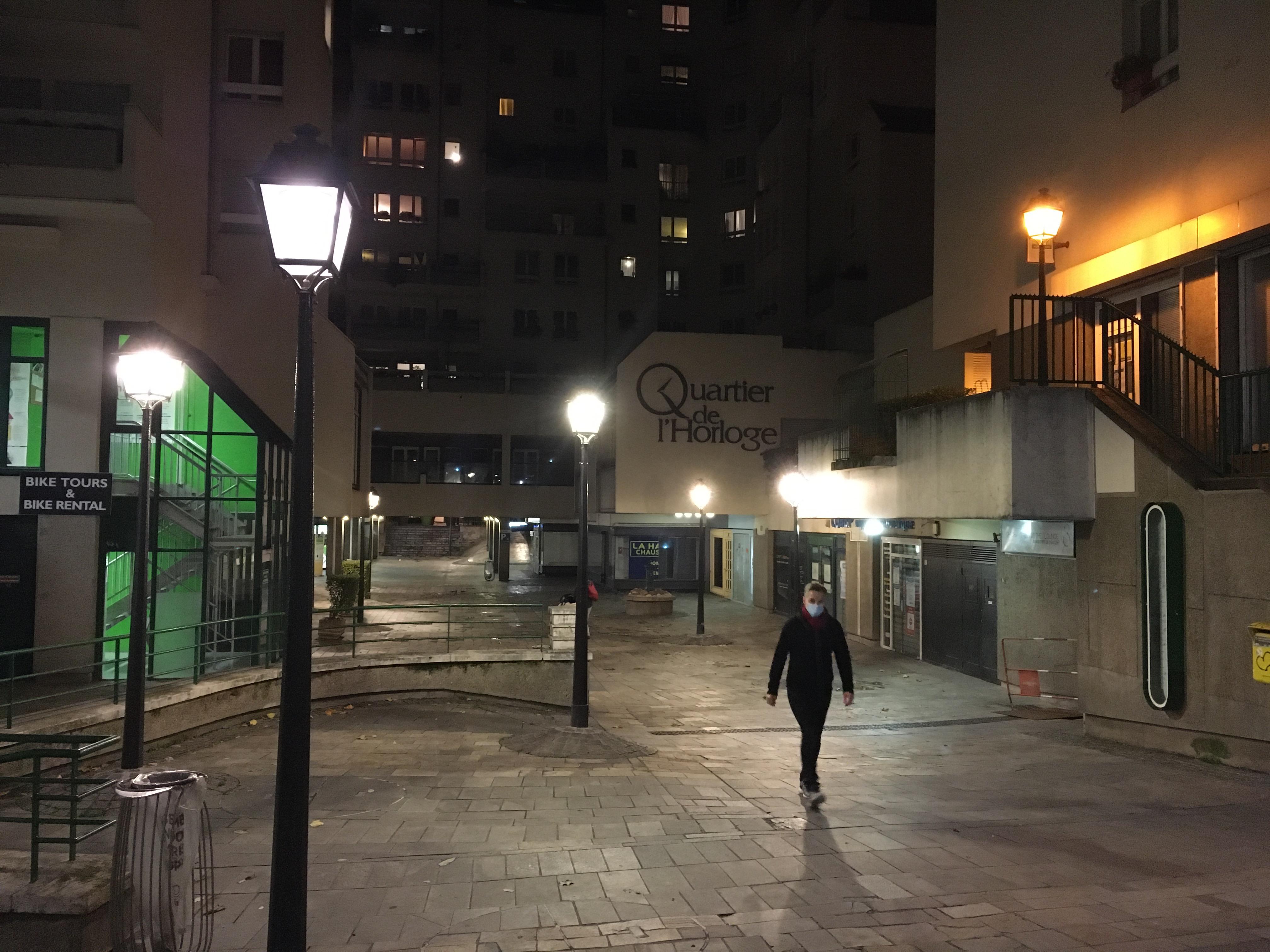Un quartier privé avec l'éclairage public. Rien n'est simple dans le Quartier de l'Horloge.
