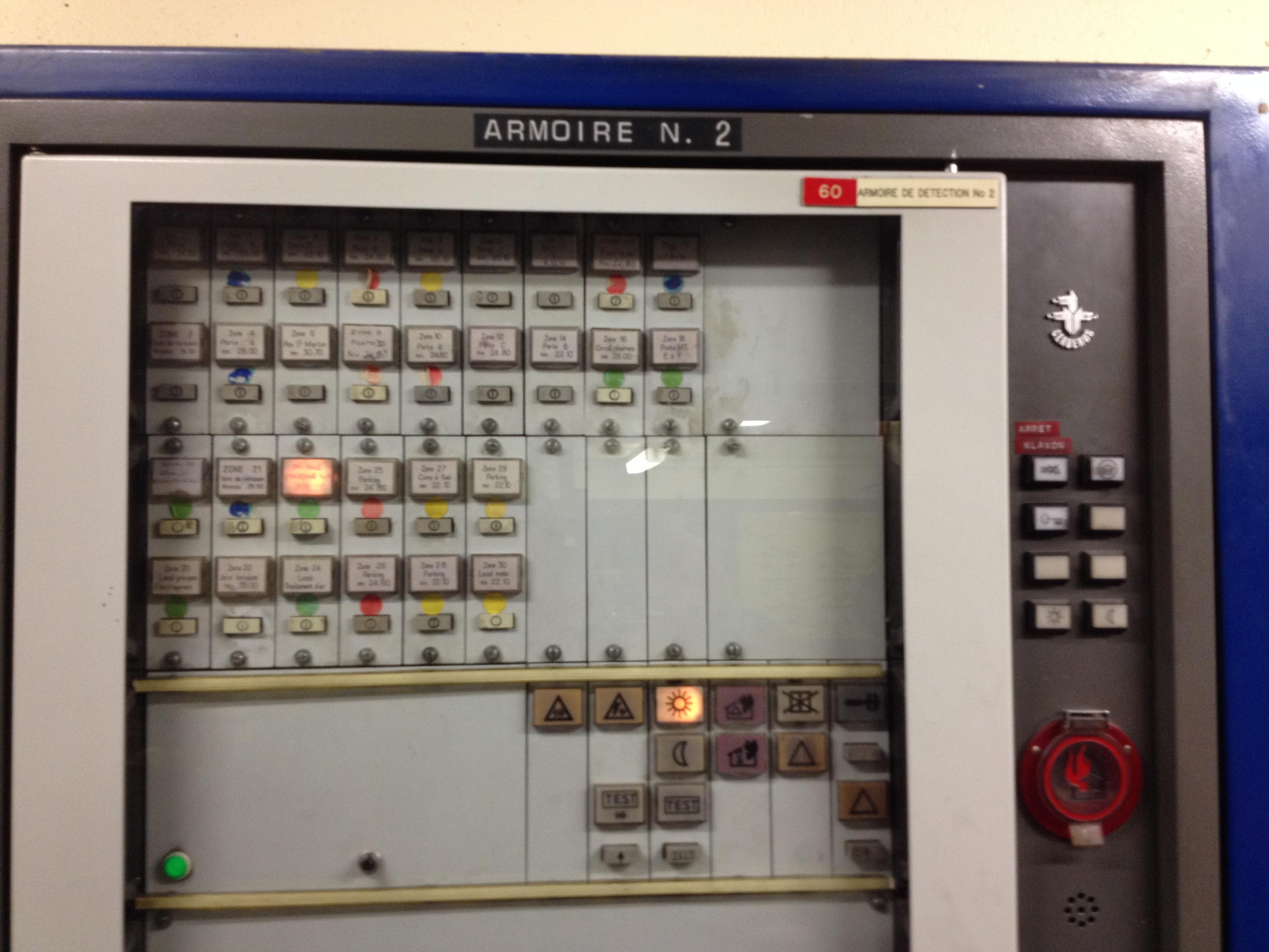 Un des éléments du SSI (Système de Sécurité Incendie) des commerces, l'armoire de surveillance des portes coupe-feu asservies à la sécurité incendie. En cas de déclenchement, une alarme sonore retentit.